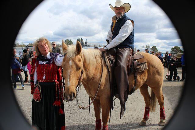 Foto: Barbro Ericson. Marie Eriksson tillsammans med Björn Persson från CB Ranch.