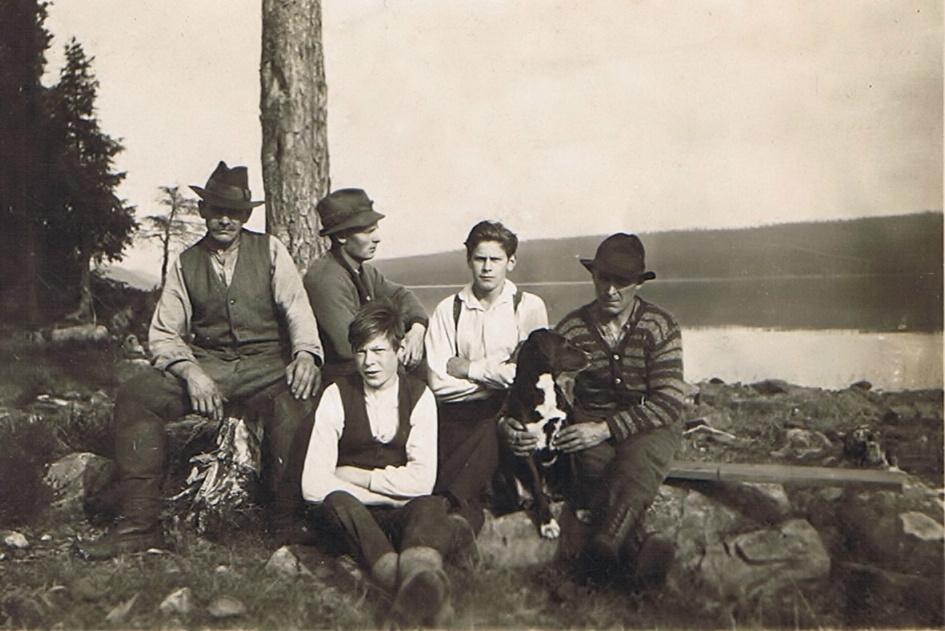 Gammal bild, Kanske från 1930-talet, där skogsbruket också hade ett stort värde och utkomst.