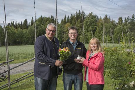 Kommunalråden Göran Bergström och Susanne Hansson uppvaktade VM-medaljören Emil Martinsson med blommor, tårta och en ripa i keramik.
