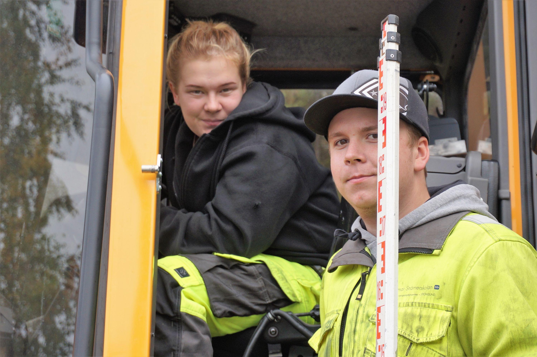 Emma Mähler och Malte Wolgers från fordonslinjen jobbar med markarbetet.