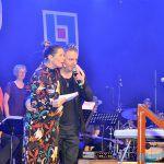Allsångsledaren Julia Messelt har JonHenric Andersson vid sin sida. JonHenric bjöd på ett extranummer med en känsloladdad jojk. Foto: Cathrine Ericson.