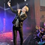 Emil Assergård tar selfies med publiken.