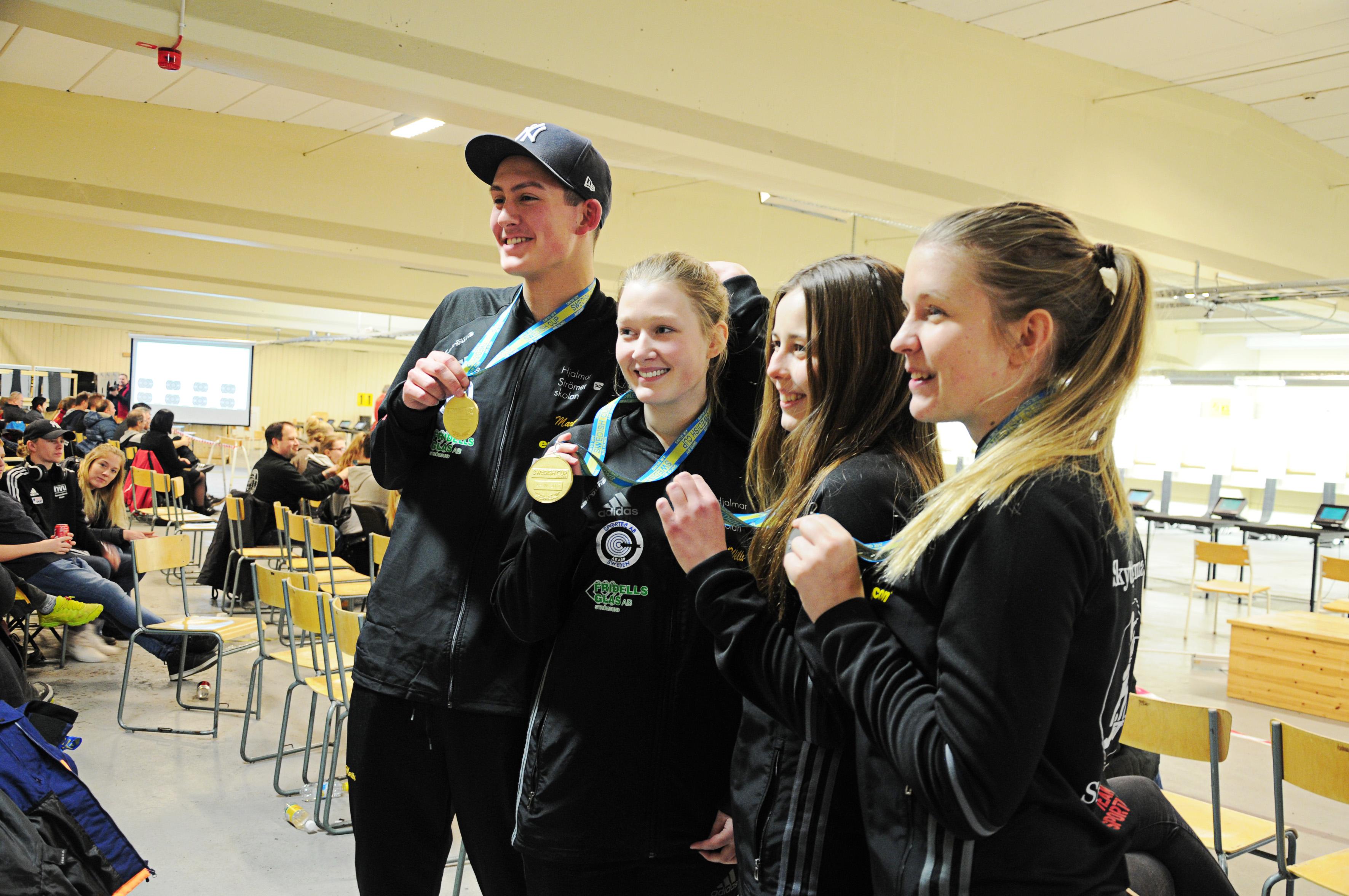 Foto: Svenska Skyttesportförbundet Några av medaljörerna: Martin, Rebecka, Malin och Anna.