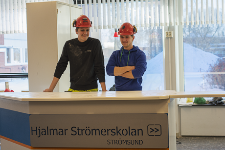 Sedan i höstas har Simon Bergström och Alexander Schwarz på bygg- och anläggningsprogrammet hållit på med bygget av skolans nya cafeteria.