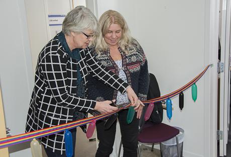 Regionrådet Ann-Marie Johansson och Karin Näsmark, ordförande i socialnämnden, klippte gemensamt invigningsbandet på den nya ungdomsmottagningen i Strömsund.