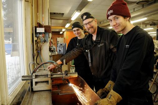 - Engcon är spindeln i nätet i hela industrin i Strömsund, de är också mycket engagerade och involverade i skolan, menar Harry Svensson som är lärare på industriprogrammet. På bilden instruerar han William Mårtensson och Tim Holmgren.