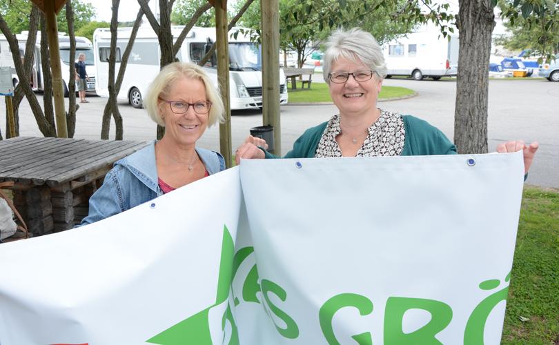 Under Dundermarknan, 7 och 8 juli, är det dags för årets upplaga av kampanjen Blås Grönt. Bakom den står Magdalena Sannemo, ungdomskonsulent och Birgitta Moen, drogförebyggande samordnare. Foto: Hämtat från stromsund.se
