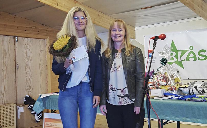 Evelina Öhlén vann förstapriset i Blås Grönt-kampanjen. Hon fick ta emot priset av folkhälsorådets ordförande Susanne Hansson under en ceremoni på Ströms hembygdsgård 9 juli. Foto: Stromsund.se