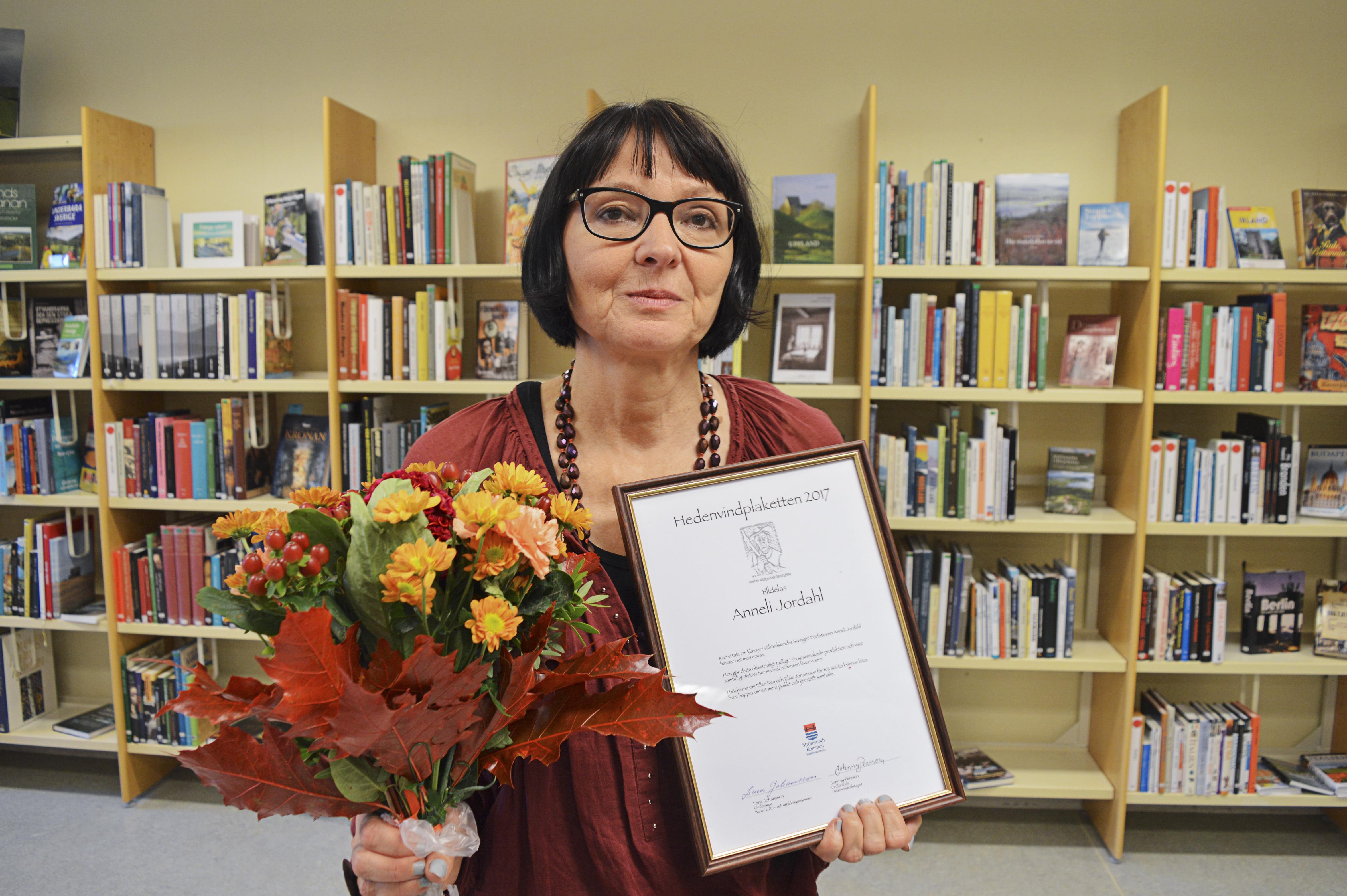 Anneli Jordahl fick 2 september ta emot 2017 års Hedenvindplakett för sitt författarskap. Foto: Marie Haglund.