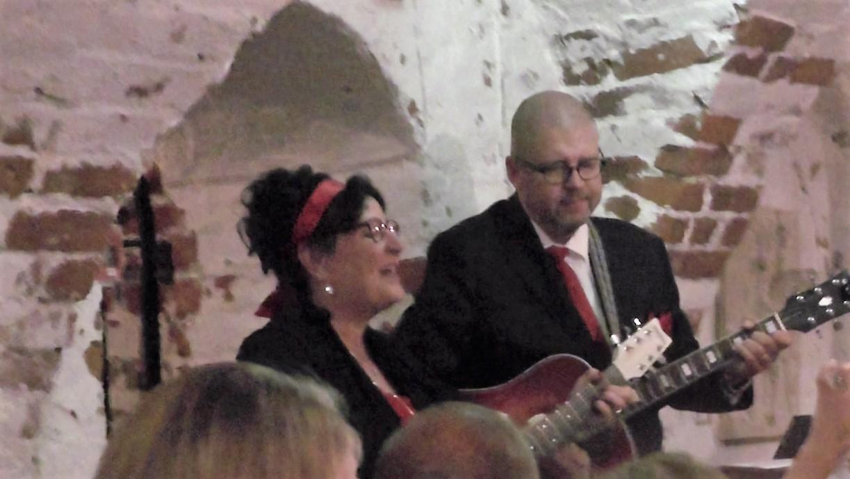 Björn Amcoff med fru som underhåller. Bild från nätet.