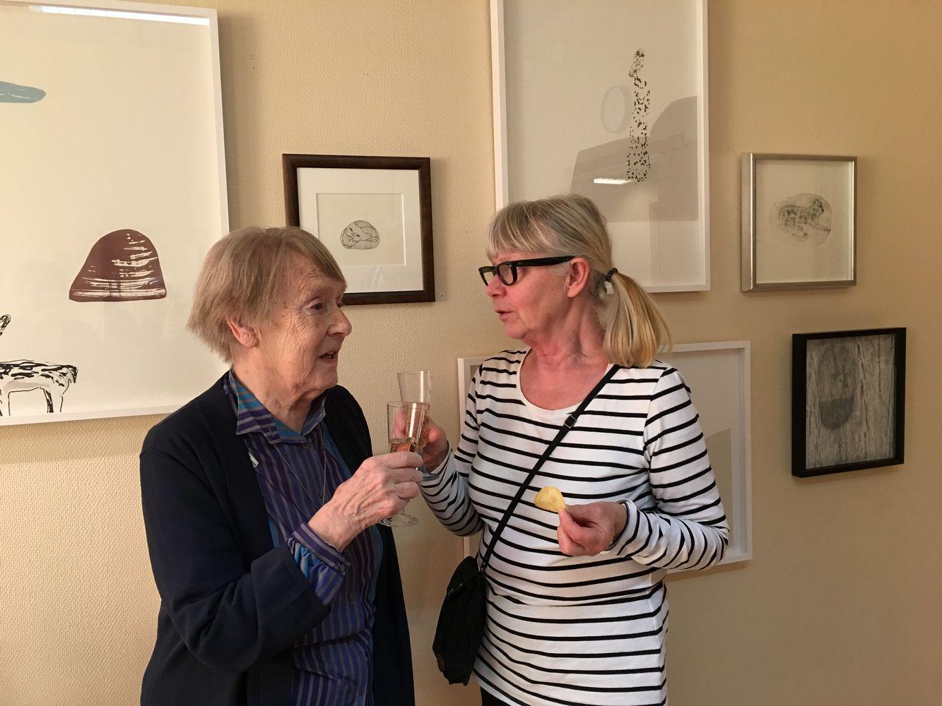 Bildtext: Konstintresserade Helena Lindstrand var först på plats och gav fint betyg till konstnärinnan. Foto: Gunhild Ragnvaldsson.