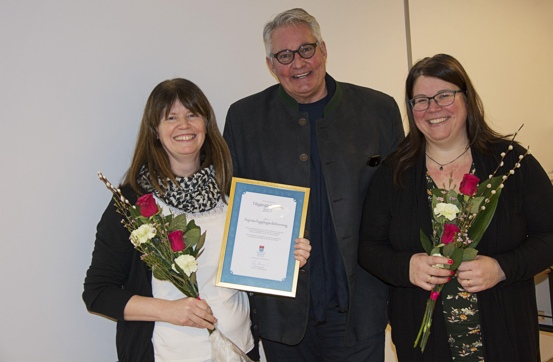 Göran Bergström tilldelar Marie Rislund och Carina Larsson priset. Foto: Strömsunds kommun