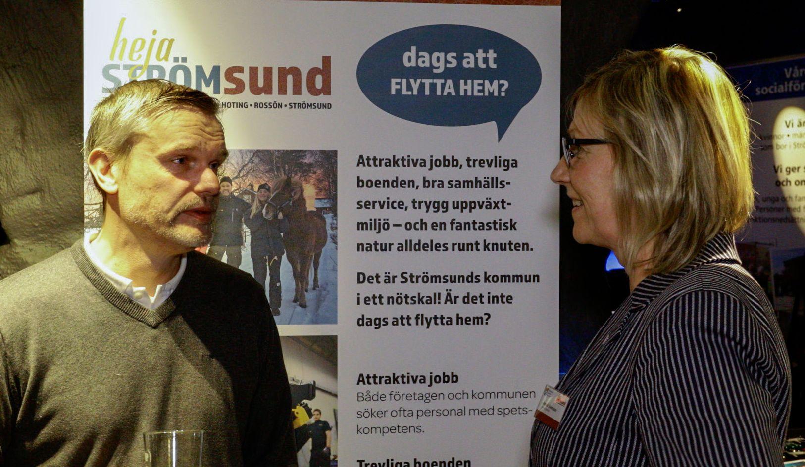 Kommundirektör Annelie Svensson fångade en intresserad man.