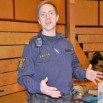 Polis Johnny Jonsson vill se flera poliser till glesbygd. Informerar om utbildning och vad det innebär att vara polis. Plats polisstationen.