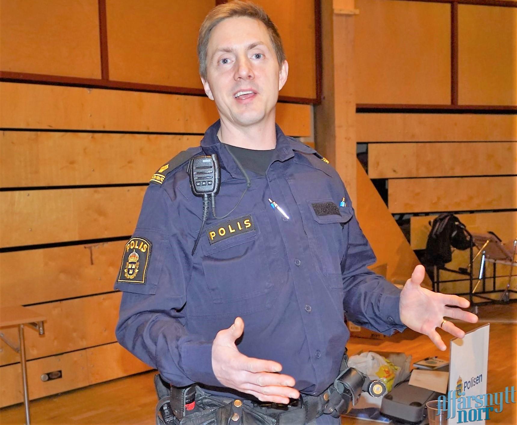 Polis Johnny Jonsson vill se flera poliser till glesbygd.  Foto från en tidigare mässa.