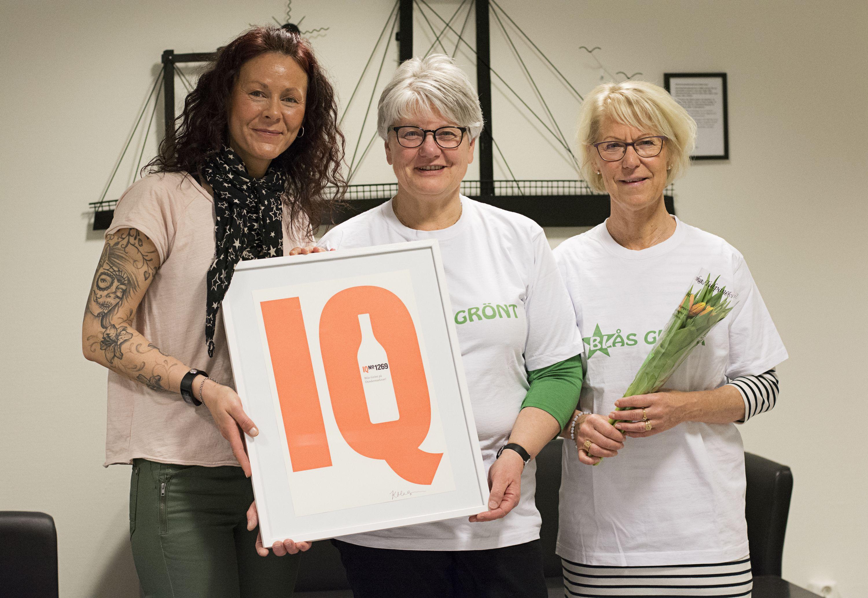 Linda Myrén, IQ-inspiratör på Systembolaget var på plats för att dela ut utmärkelsen till Birgitta Moen, drogförebyggande samordnare och Magdalena Sannemo, ungdomskonsulent. Foto: Pernilla Gunnarsdotter Persson