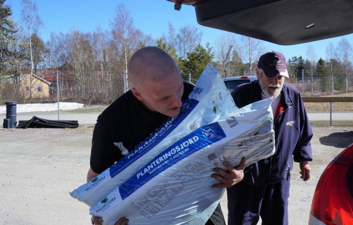 Max Elvström är anställd och ser till att kunderna får den hjälp de behöver.
